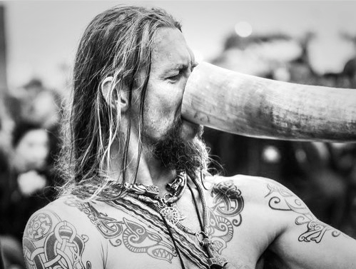 drinking-horn-bw